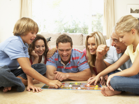 Family_Playing_Board_Game (1)